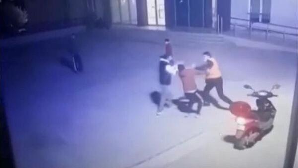 Esenyurt'taki bir site bahçesinde kısıtlama saatinde top oynayan 2 genç ile güvenlik görevlisi arasında çıkan tartışma, yumruklu kavgayla son buldu. Kavga, saniye saniye güvenlik kamerasına yansıdı. - Sputnik Türkiye
