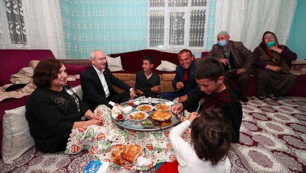 Kılıçdaroğlu, Çubuk'ta linç girişiminde kendisine evini açan aile ile iftar yaptı - Sputnik Türkiye