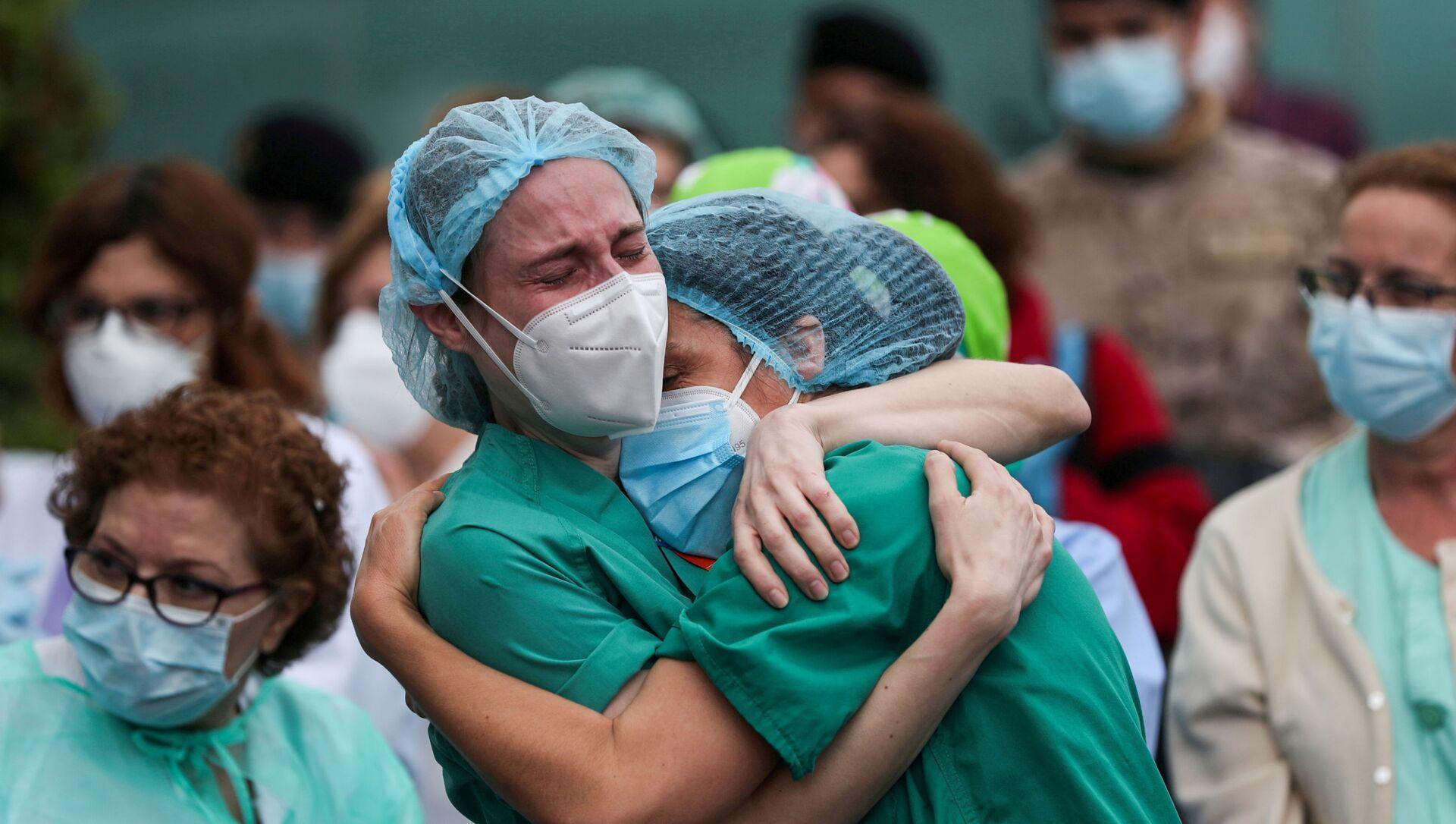 İspanya'nın Leganes kentindeki Severo Ochoa Hastanesi'nde Kovid-19 kurbanı meslektaşlarının ardından ağlayan sağlık çalışanları (Nisan 2020) - Sputnik Türkiye, 1920, 12.05.2021