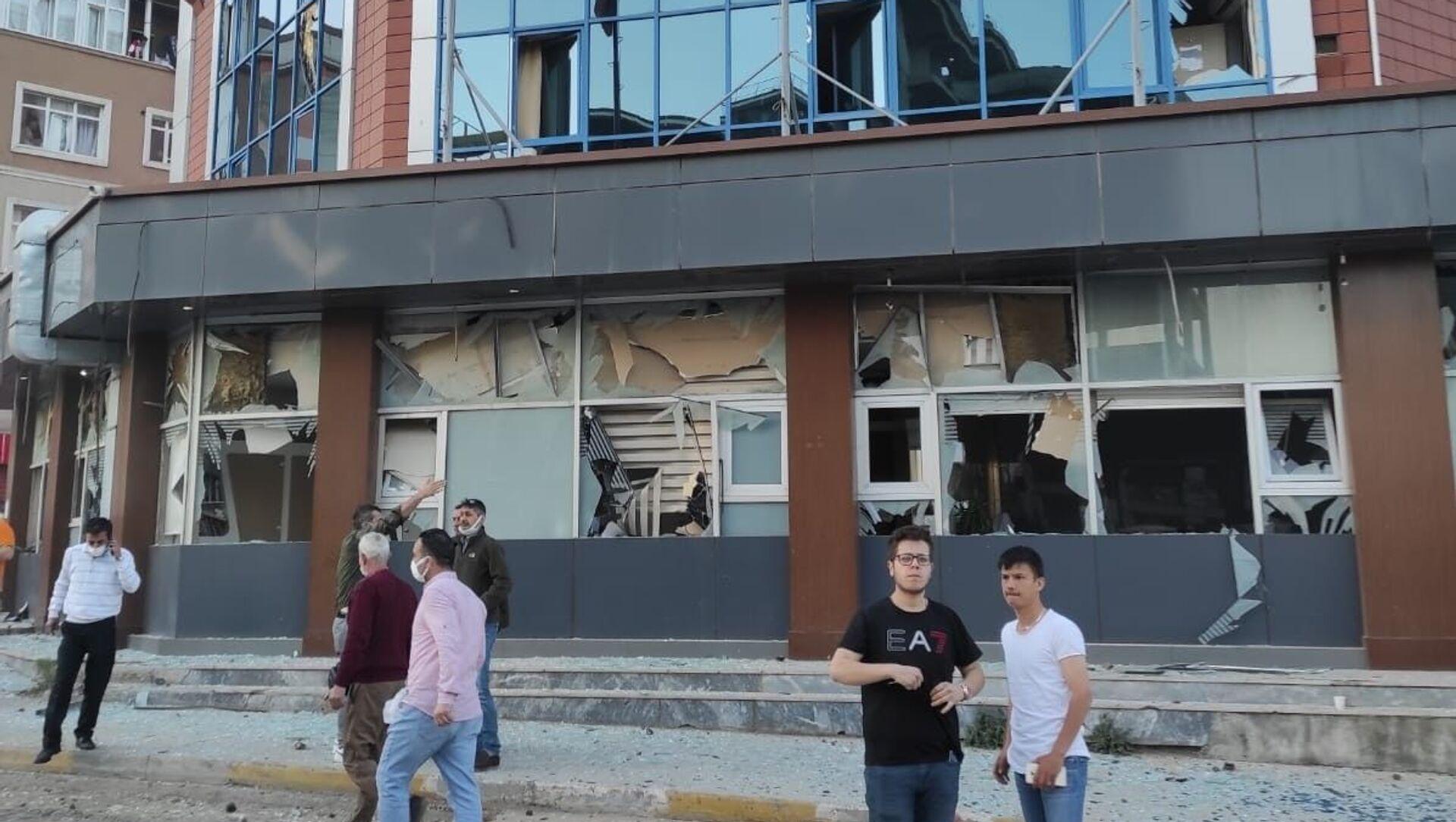 Pendik Kaynarca'da bulunan İBB Metro istasyonu inşaatında saat 19.40 sıralarında şiddetli patlama meydana geldi. Şiddetli patlama nedeniyle çevredeki iş yeri ve apartmanların camları paramparça olurken, şantiyede çalışan bir işçi hafif yaralandı. - Sputnik Türkiye, 1920, 12.05.2021