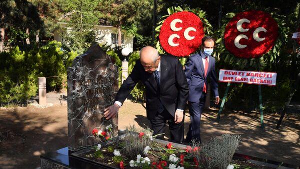 Bahçeli'den, bayram namazı sonrası Alparslan Türkeş'in kabrine ziyaret - Sputnik Türkiye