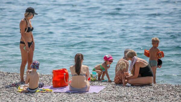 Antalya'da turistler sahilleri doldurdu - Sputnik Türkiye