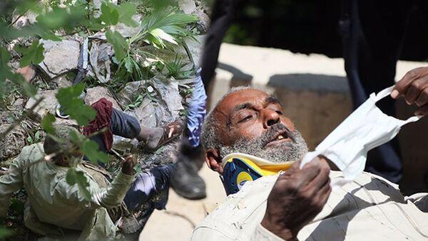 Düştüğü dere yatağından 5 gün sonra kurtarıldı: Kalabalığı görünce maske istedi - Sputnik Türkiye