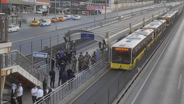 Haramidere durağında metrobüs içindeki yolcuları alıkoyan bir zanlı kendini araç içine kapattı. Yolcuları ve sürücüyü araçtan indiren şüpheliyi ikna çalışması sürüyor - Sputnik Türkiye