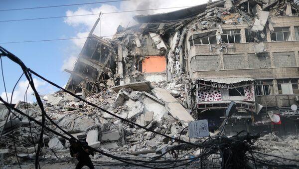 Gazze'nin güneyinde yer alan Sabra Mahallesi'ndeki Al Thalatiny Caddesi üzerinde İsrail tarafından daha önce vurulan bir noktada yaralılara yardım eden sivilleri insansız hava aracı (İHA) ile vurdu. - Sputnik Türkiye
