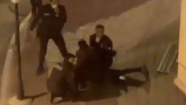 İstanbul Fatih'te polis ekiplerinin şüpheli kişileri gözaltına aldığı görüntüler sosyal medyada gündem olmuştu. Fatih Kaymakamlığı o görüntülerle ilgili açıklama yayınladı. - Sputnik Türkiye
