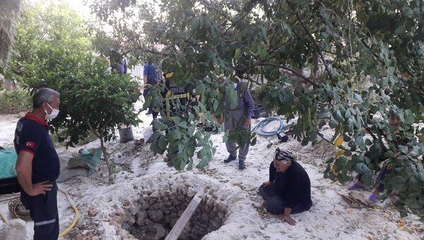 Adana'nın Kozan ilçesinde pompa indirmek için girdikleri su kuyusunda gazdan zehirlenen 3 kişi yaşamını yitirdi. - Sputnik Türkiye
