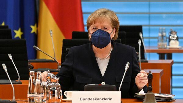 Berlin'deki başbakanlık konutunda haftalık kabine toplantısına başkanlık eden Angela Merkel - Sputnik Türkiye