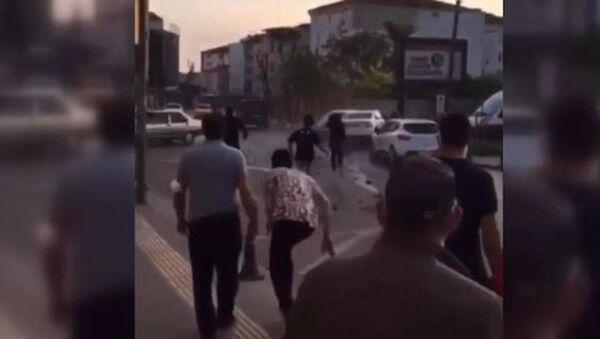 Drift yaparken kaza yaptı, mahalleli saldırınca arkadaşı otomobili üzerlerine sürdü - Sputnik Türkiye