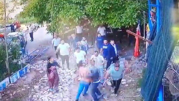'Evin önünde neden durdunuz' diyen aile saldırıya uğradı - Sputnik Türkiye