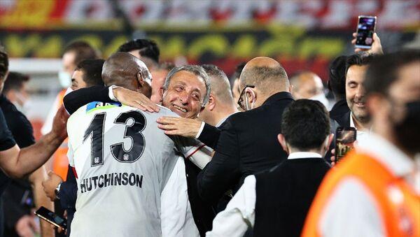 Süper Lig'in 42. ve son haftasında, Göztepe ile Beşiktaş, İzmir Gürsel Aksel Stadı'nda karşılaştı. Karşılaşmayı 2-1 kazanan Beşiktaş, bu skorla Süper Lig'de 2020-2021 sezonu şampiyon oldu. Beşiktaşlı futbolcular karşılaşma sonrası Beşiktaş Başkanı Ahmet Nur Çebi'yi omuzuna alarak büyük sevinç yaşadı. - Sputnik Türkiye