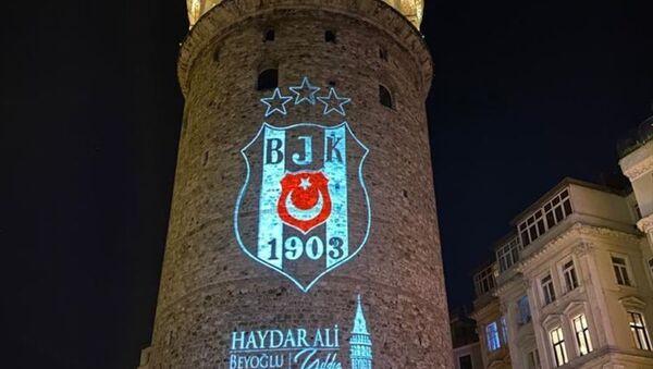 Beyoğlu Belediyesi, Süper Lig'de 2020-2021 sezonunu şampiyon olarak tamamlayan Beşiktaş'ın armasını Galata Kulesi'ne yansıttı. - Sputnik Türkiye