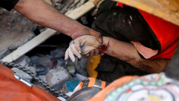 16 Mayıs 2021 Gazze manzarası: İsrail hava saldırısında yerle bir olan binaların enkazından yaralı ve ölüler çıkarılıyor - Sputnik Türkiye