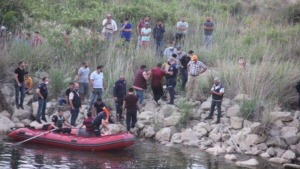 Manisa'nın Sarıgöl ilçesinde baraj gölünün tahliye havuzuna düşen ve yaklaşık 8 saattir aranan 16 yaşındaki çocuğun cesedi bulundu. - Sputnik Türkiye