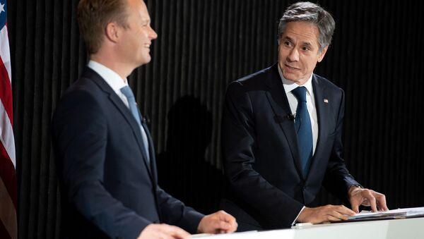 Danimarka Dışişleri Bakanı  Jeppe Kofod ile ABD Dışişleri Bakanı Antony Blinken (sağda), Kopenhag'da ortak basın toplantısı düzenlerken - Sputnik Türkiye