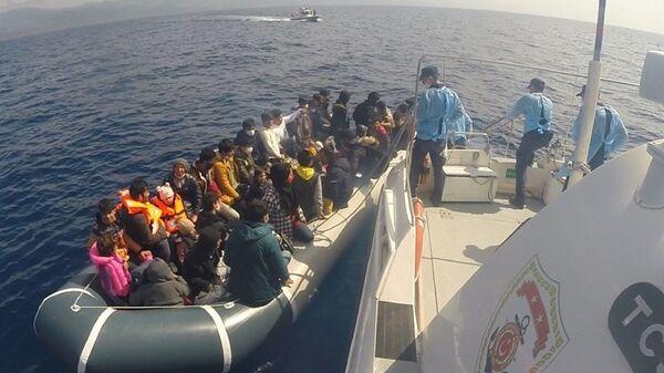 Çanakkale'nin Ayvacık ilçesi açıklarında, Sahil Güvenlik ekipleri tarafından düzenlenen 2 operasyonda 80 kaçak göçmen kurtarıldı. - Sputnik Türkiye