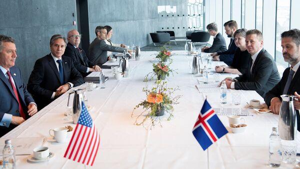 Reykjavik'i ziyaret eden ABD Dışişleri Bakanı Antony Blinken (sol tarafta) İzlandalı mevkidaşı Gudlaugur Thor Thordarson ile görüşmede - Sputnik Türkiye