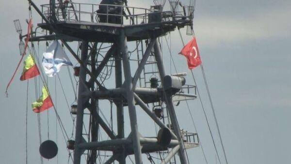 Rus savaş gemisi, Türk bayrağı dalgalandırarak İstanbul Boğazı'ndan geçti - Sputnik Türkiye