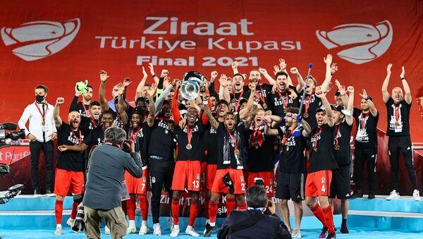 Ziraat Türkiye Kupası final maçında Fraport TAV Antalyaspor'u mağlup eden Beşiktaş, Ziraat Türkiye Kupası'nın sahibi oldu. Beşiktaşlı futbolcular, kupa töreninde büyük sevinç yaşadı. - Sputnik Türkiye