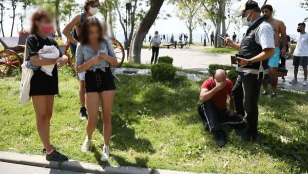 Genç kızları cep telefonuyla görüntüleyen Mustafa A.-Konyaaltı Sahili - Sputnik Türkiye