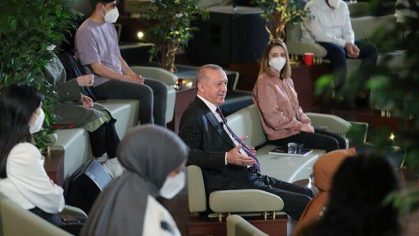 Cumhurbaşkanı Recep Tayyip Erdoğan, Cumhurbaşkanlığı Millet Kütüphanesi'nde gençler ile söyleşi yaptı. - Sputnik Türkiye