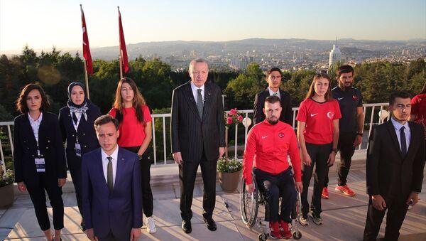 Cumhurbaşkanı Recep Tayyip Erdoğan, 19 Mayıs Atatürk'ü Anma, Gençlik ve Spor Bayramı dolayısıyla tüm yurtta aynı anda okunan İstiklal Marşı'na eşlik etti. Erdoğan'a, İstiklal Marşı'nın dizelerini seslendirirken gençler de eşlik etti. - Sputnik Türkiye