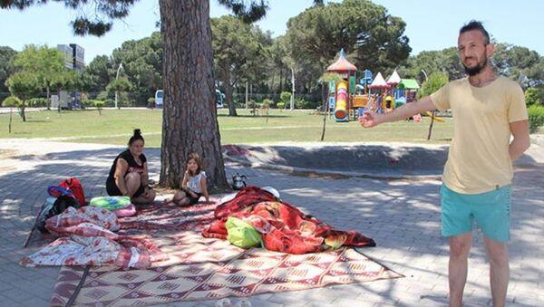 Antalya'da parkta yaşamaya başlayan Özlem-Turgut Ateş - Sputnik Türkiye