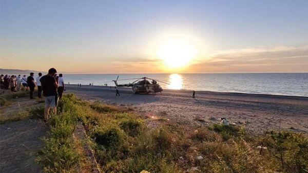 Azerbaycan'a ait askeri helikopter teknik arıza nedeniyle Giresun'un Tirebolu ilçesinde deniz kenarına zorunlu iniş yaptı. - Sputnik Türkiye
