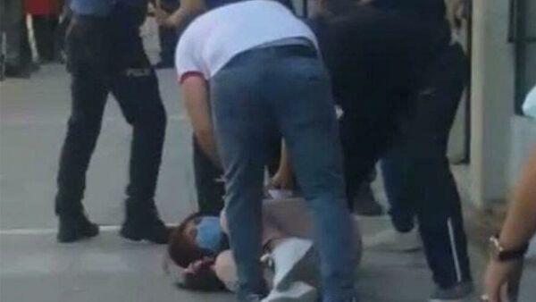 Tunceli'de sivil kıyafetli iki jandarma personelinin, bir teröristin eşgaline benzediği iddiasıyla bir kadının başına silahlarını dayayıp darp ettikleri iddia edildi. - Sputnik Türkiye