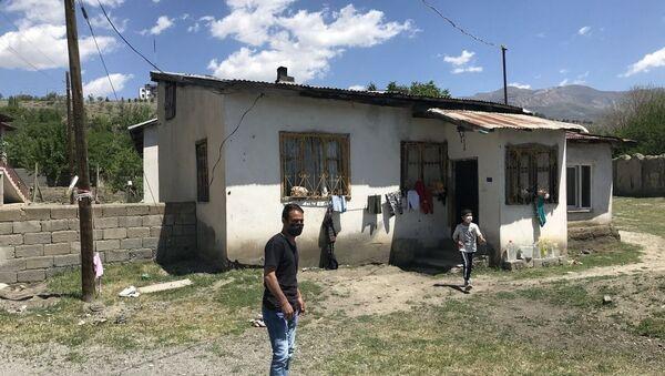 Erzincan'da psikolojik sorunlar yaşadığı öne sürülen Afganistan uyruklu 7 aylık hamile ve 4 çocuk annesi kadın, karnındaki çocuğu düşürmek için evinin çatısından aşağı atladı. - Sputnik Türkiye