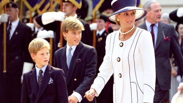 İngiltere'de Prens William ve kardeşi Prens Harry, anneleri Prenses Diana ile - Sputnik Türkiye