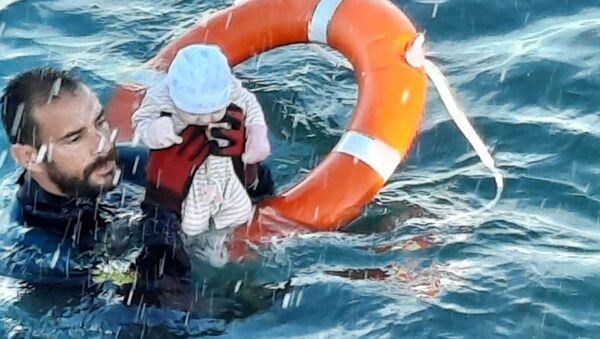 İspanya'nınKuzey Afrika'daki toprağı Ceuta'daki göçmen krizinde Akdeniz'de birkaç aylık bebeği sudan çıkaran İspanya jandarması dalgıcı Juan Francisco Valle - Sputnik Türkiye