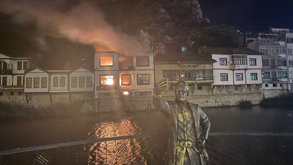 Amasya'da Yeşilırmak kenarında bulunan tarihi yalıboyu evlerinin olduğu alandaki otel olarak kullanılan konakta çıkan yangın, itfaiye ekiplerince söndürüldü. - Sputnik Türkiye