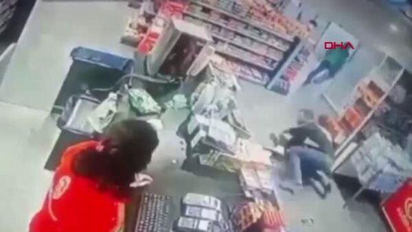 Markette kadını tekme tokat dövüp boğazına bıçak dayadı: Kimse müdahale etmedi - Sputnik Türkiye