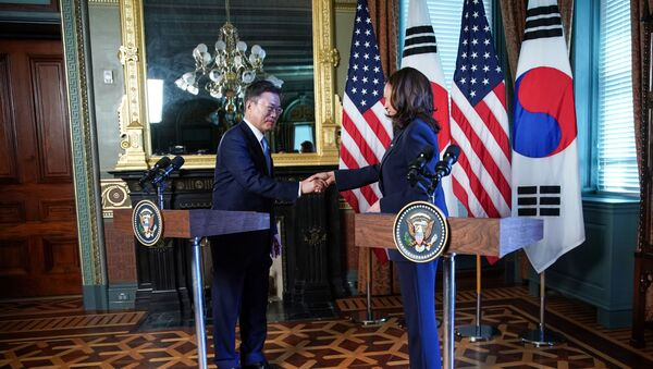 ABD Başkan YardımcısıKamalaHarris'in Güney Kore Devlet Başkanı Moon Jae-in ile düzenlediği ortak basın toplantısı sonunda Jae-in'in elini sıkmasının ardından elini üzerine silmesi sosyal medyanın gündemine oturdu. - Sputnik Türkiye