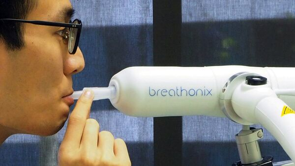 Singapur'da, yeni tip koronavirüsü (Kovid-19) bir dakika içinde tespit edebilen nefes testin - Sputnik Türkiye