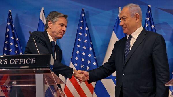 İsrail ile Hamas arasındaki 21 Mayıs ateşkesi sonrası Kudüs'e giden ABD Dışişleri Bakanı Antony Blinken, İsrail Başbakanı Benyamin Netanyahu ile ortak basın toplantısında el sıkışırken - Sputnik Türkiye