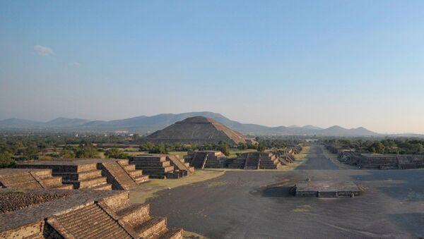 Yılda 2.6 milyon ziyaretçi ile Meksika'nın en önemli turizm simgesi olan Teotihuacan Piramitleri'nin yakınındaki özel lunapark inşaatı nedeniyle UNESCO Dünya Mirası Listesi'nden çıkarılabileceği bildirildi. - Sputnik Türkiye