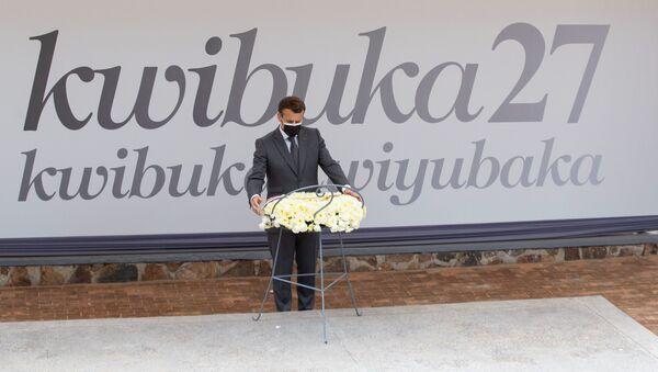 Fransa Cumhurbaşkanı Emmanuel Macron, Kigali'de Ruanda Soykırımı kurbanlarının anıtına çelenk bırakırken - Sputnik Türkiye
