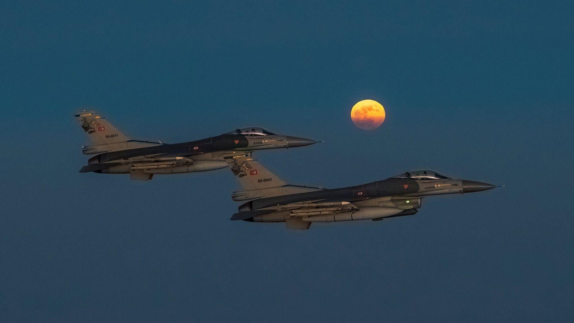 Süper Ay -  F-16 savaş uçakları - Sputnik Türkiye, 1920, 27.05.2021
