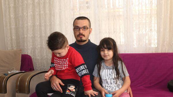 Tekirdağ'da epilepsi hastası olan işsiz babanın faturaları ödeyemediği için doğal gaz saati söküldü. Epilepsi nöbetleri yüzünden işinden olduğunu söyleyen Nasuf Çalışkan, Kirada oturuyorum, yetmiyor. Çalışmak istiyorum dedi. - Sputnik Türkiye
