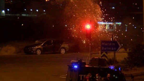 Diyarbakır'da, bombalı araçla saldırı hazırlığındaki terörist, polis ekiplerinin istihbari çalışması sonucu engellendi. Saldırı hazırlığındaki terörist gözaltına alınırken, bomba imha uzmanlarınca patlayıcının imha anı ise kameraya yansıdı. - Sputnik Türkiye