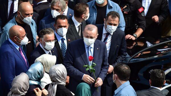 Cumhurbaşkanı Recep Tayyip Erdoğan, katıldığı açılış töreninde cuma namazı sonrası Taksim Camii'ne Kur'an-ı Kerim hediye etti. - Sputnik Türkiye