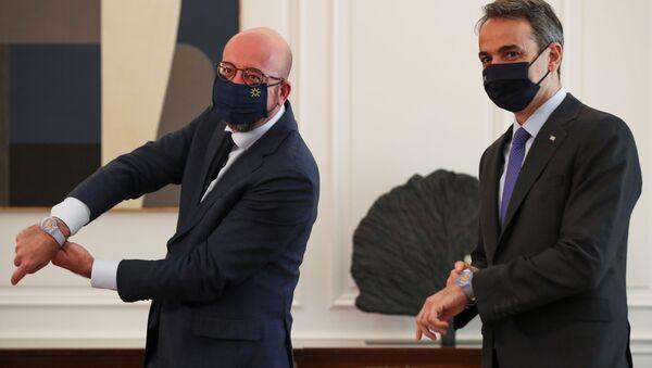 Atina'da AB Konseyi Başkanı Charles Michel'i ağırlayan Yunanistan Başbakanı Kiriakos Miçotakis (sağda) - Sputnik Türkiye