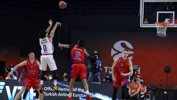 Almanya'nın Köln kentinde Lanxess Arena'da düzenlenen basketbol THY Avrupa Ligi Dörtlü Final maçında Anadolu Efes ve CSKA Moskova takımları karşılaştı. Anadolu Efes takımından Shane Larkin (0) bir pozisyonda rakipleri ile mücadele etti. - Sputnik Türkiye