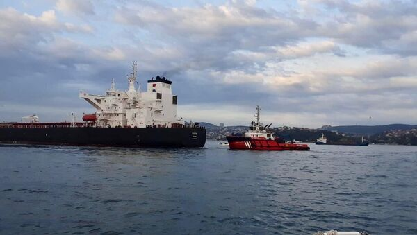 Makine arızası nedeniyle kıyıya sürüklenen tankerdeki çalışmaların tamamlanmasının ardından İstanbul Boğazı trafiğe açıldı. - Sputnik Türkiye