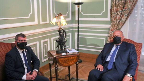 Mısırlı mevkidaşı Semih Şukri ile bir araya gelen İsrail Dışişleri Bakanı Gabi Aşkenazi - Sputnik Türkiye