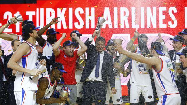 Basketbol THY Avrupa Ligi Dörtlü Finali'nde İspanya temsilcisi Barcelona'yı yenen Anadolu Efes'in şampiyonluk kupası sevinci - Sputnik Türkiye