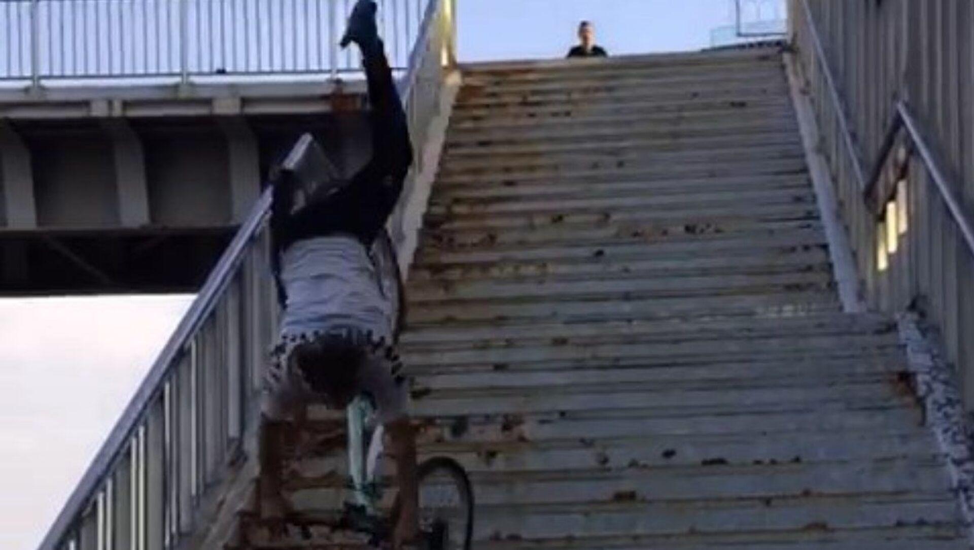 TikTok videosu çekmek için bisikletle merdivenden iniyordu: Dengesini kaybedip düşen genç ağır yaralandı - Sputnik Türkiye, 1920, 31.05.2021