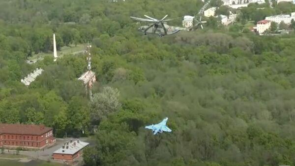 Su-27 avcı uçağının Mi-26 helikopteri tarafından taşınması, kameraya yansıdı - Sputnik Türkiye